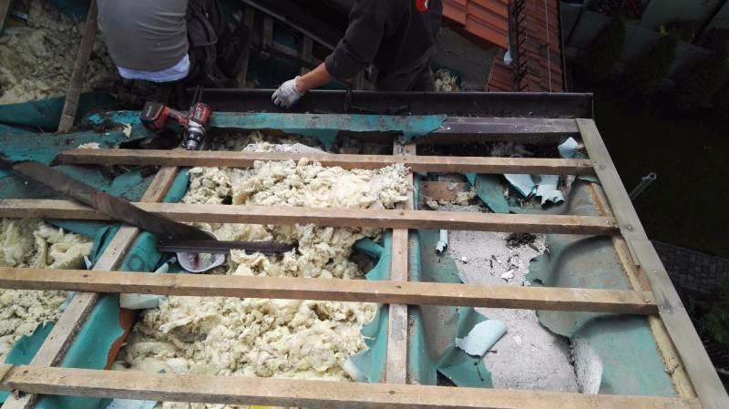 zniszczenia na dachu po kunach