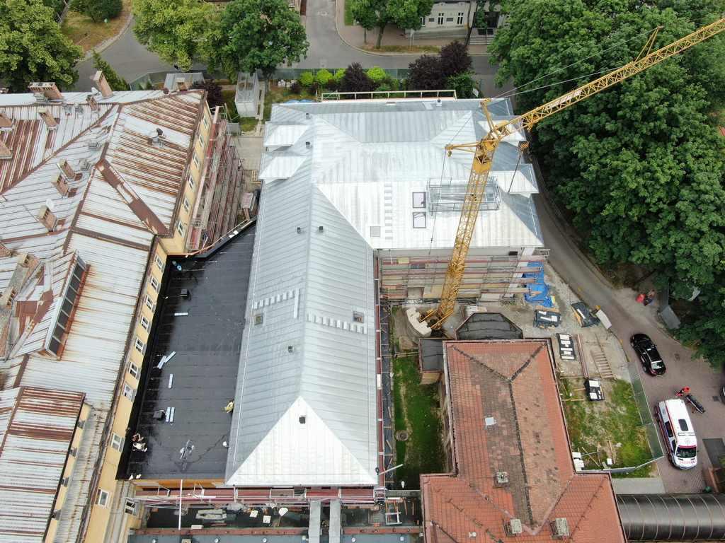 Dach na budynku szpitala w Krakowie